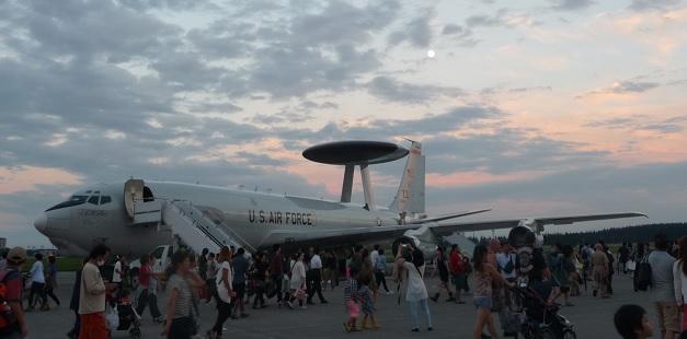 横田基地の航空機と月